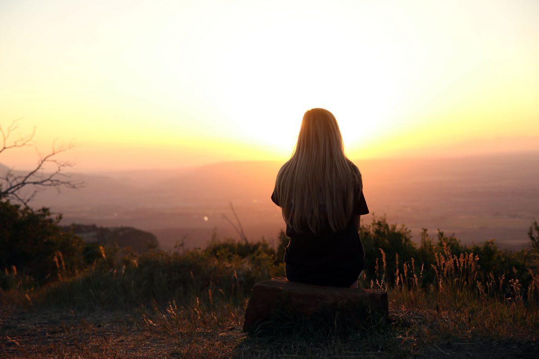 mujer sol dejar ir o sostener
